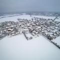 Kleines Dorf im Winter